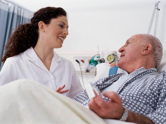 Врач осматривает пожилого пациента