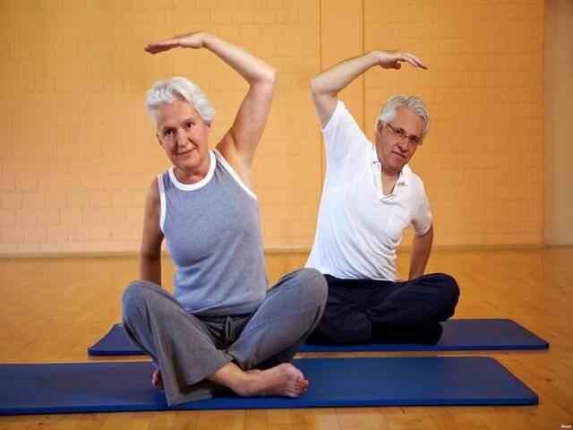 Пожилые люди занимаются зарядкой