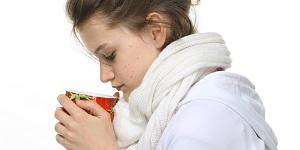 Девушка пьет чай для похудения