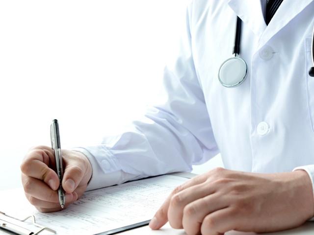 Доктор читает анализы