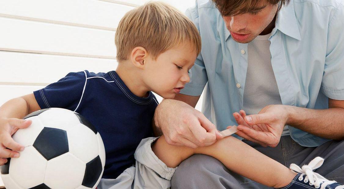 Ребенок с травмированной ногой