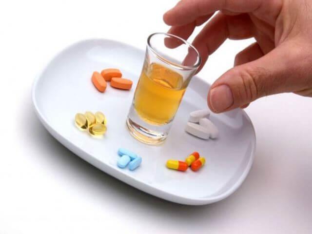 Таблетки и спирто-содержащий напиток