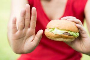 рука и гамбургер