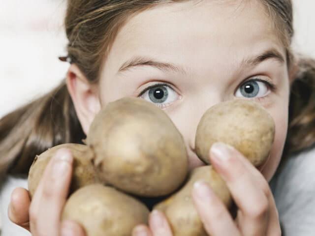 Девочка с картофелем