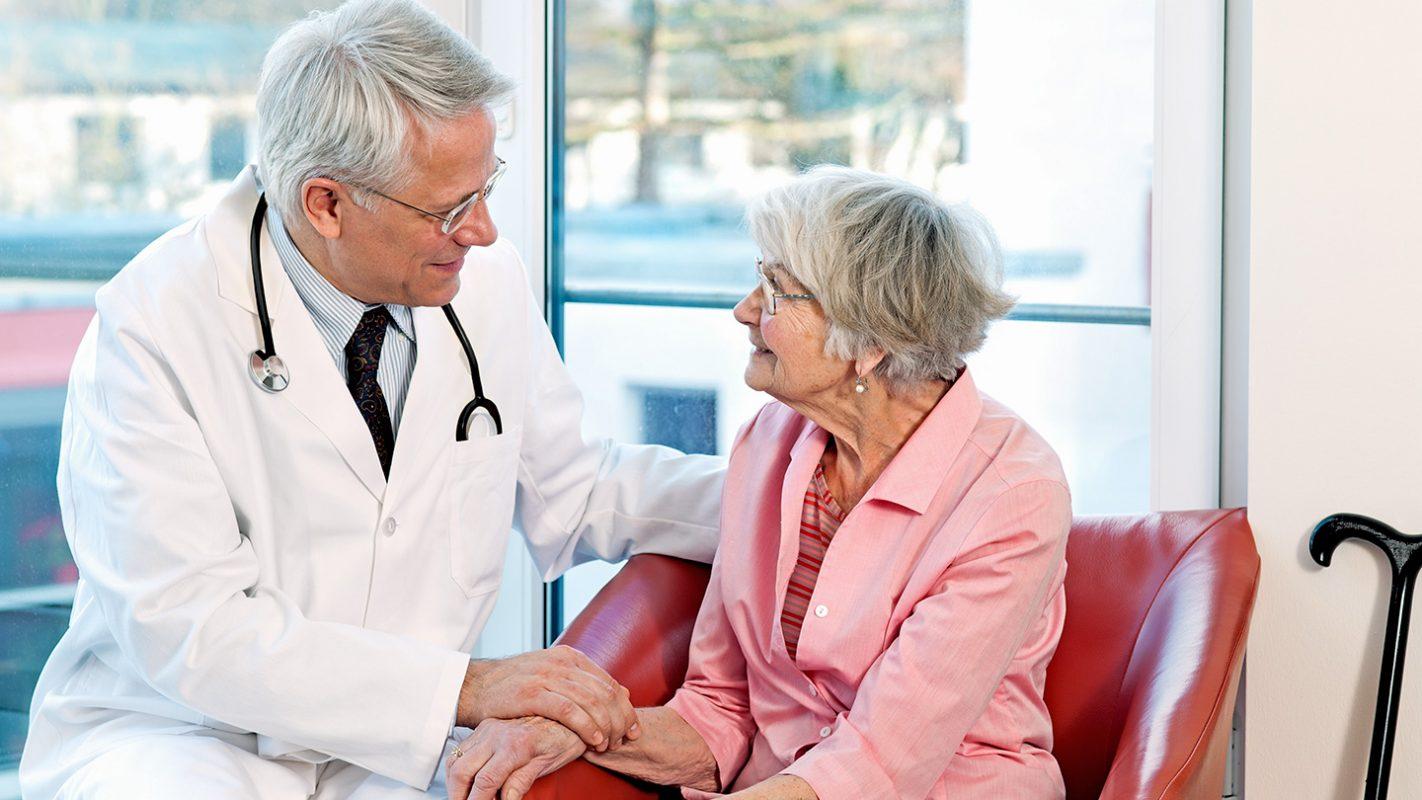 Пожилые люди проходят обследование