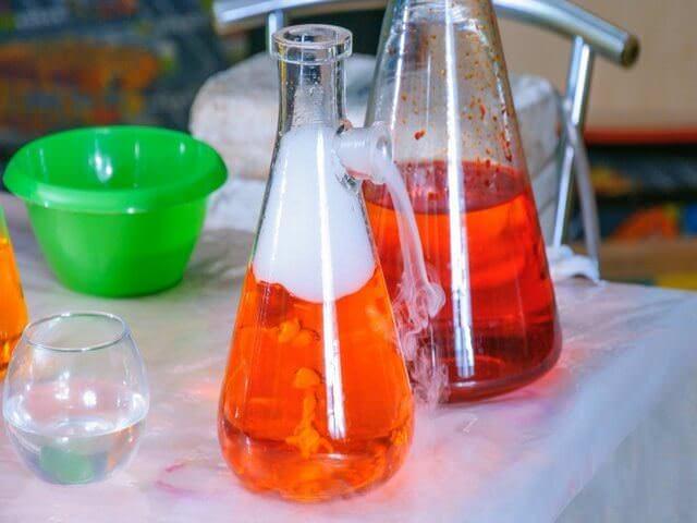 Химический ожог можно получить кислотой или щелочью