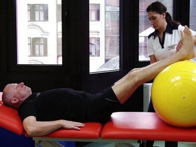Разработка колена в присутствии врача