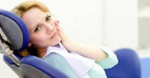 лечение и удаление зубов во время месячных