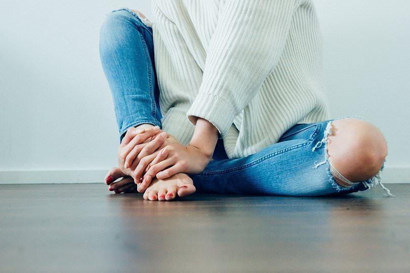 Девушка сидит на полу