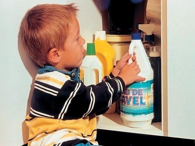 Мальчик с бутылкой чистящего средства