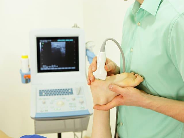 Как проявляется артрит стопы и как его лечить?