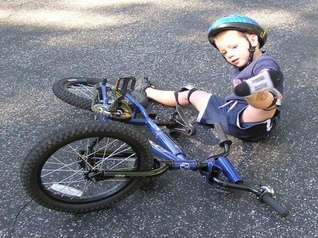 Ребенок с велосипедом