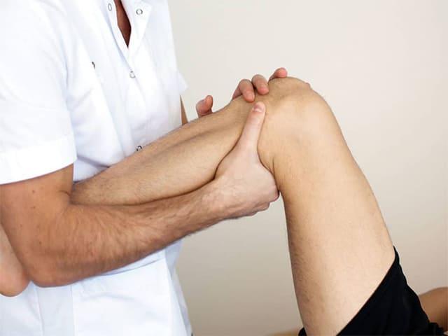 Почему колено опухло и болит при сгибании