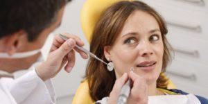 Можно ли проводить лечение и удаление зубов во время месячных