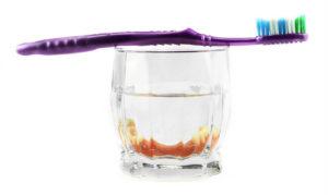ухаживать за съемными зубными протезами