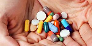 Держать таблетки в руке