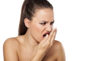 Почему появляется неприятный запах от десен и способы избавления от него
